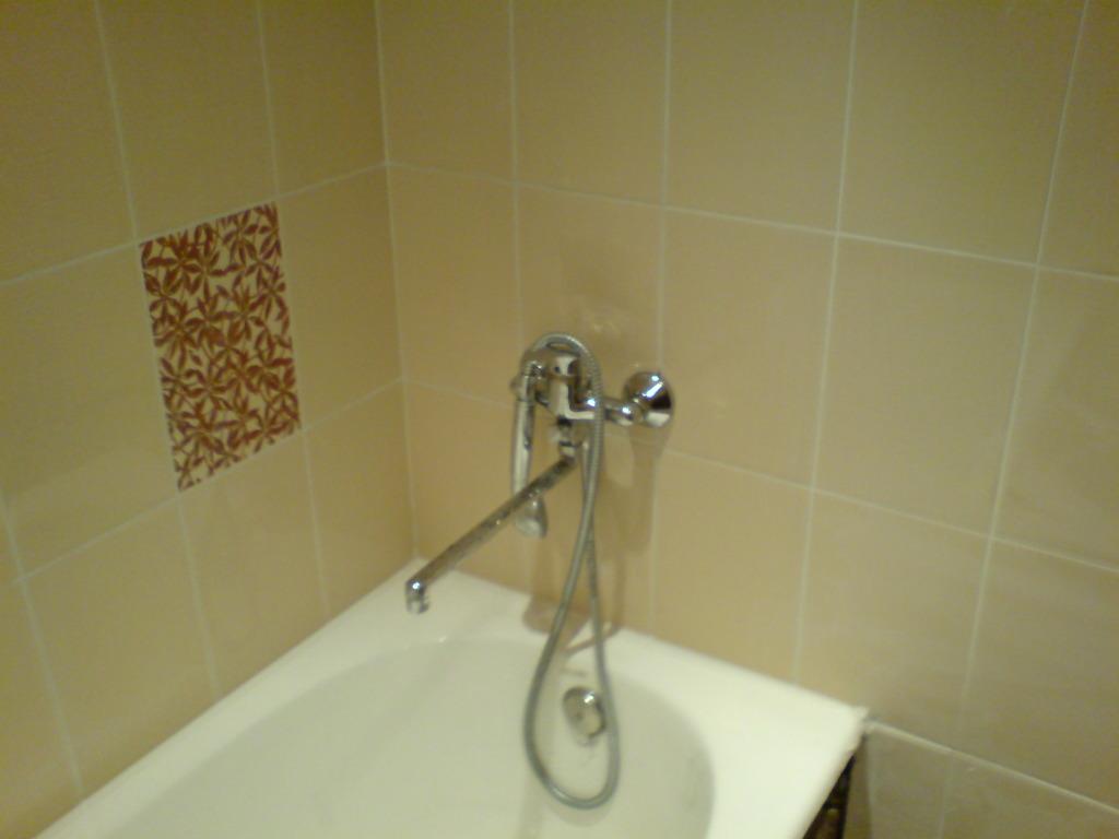 Кладем плитку в ванной фото